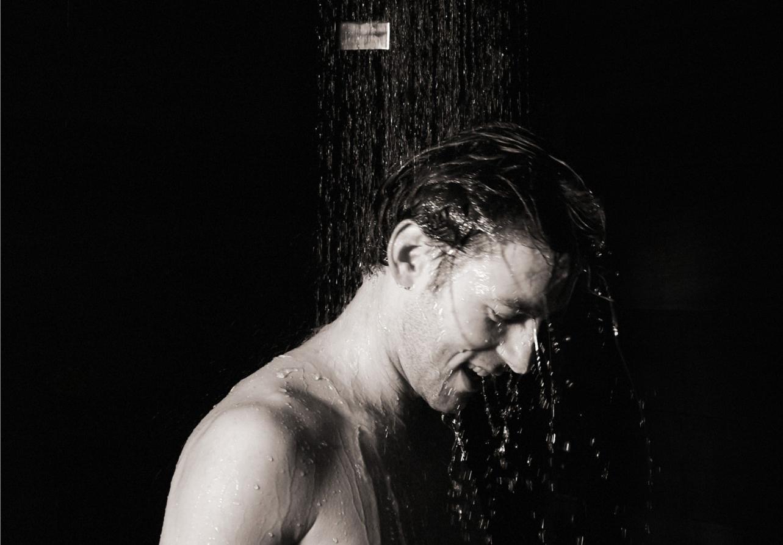 冷水洗澡对身体好还是不好 洗冷水澡会加重湿气吗